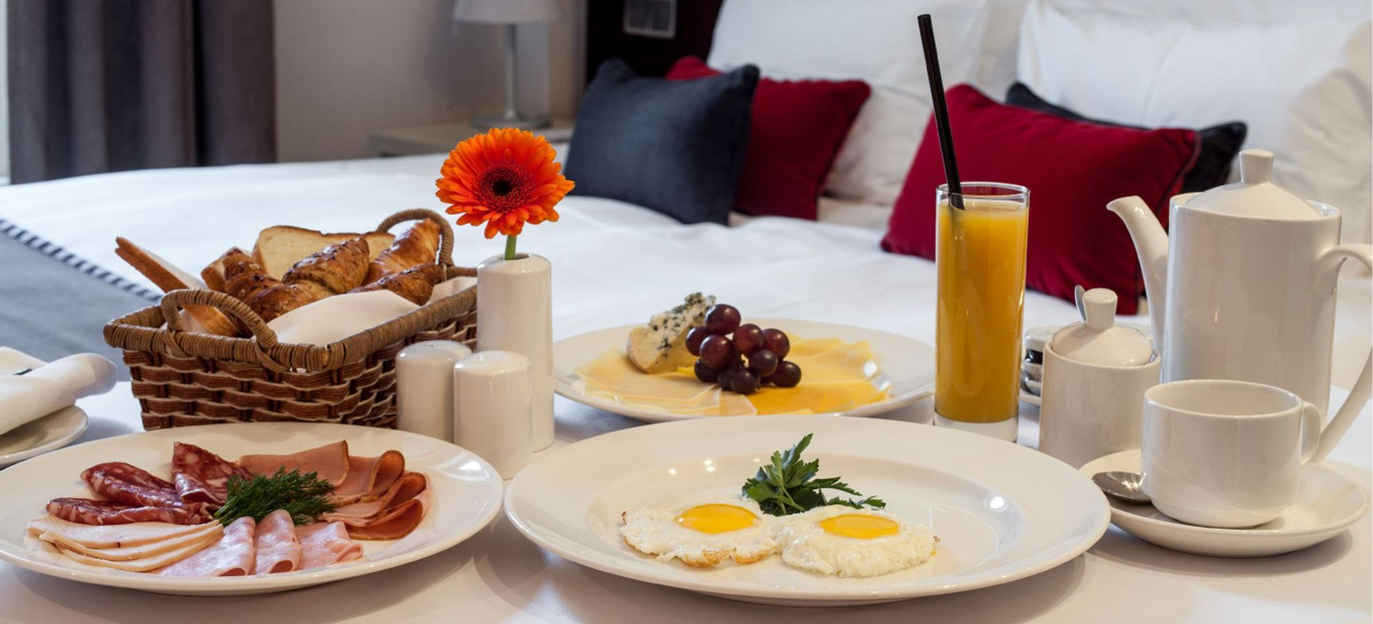 Mamaison-Hotel-Pokrovka-Junior-Suite-Breakfast.jpg