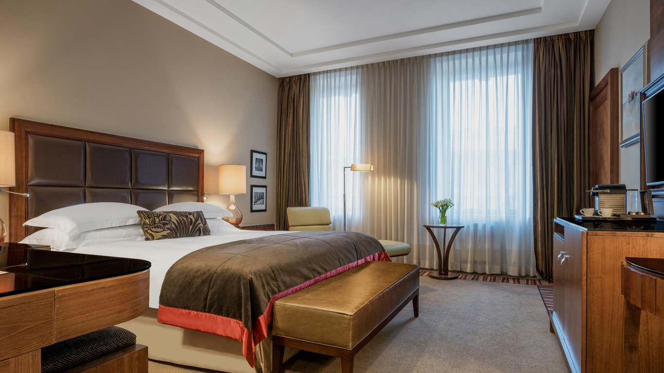 Corinthia_-_St-Petersburg_-_Accommodation_-_Rooms_-Nevsky-Suite_-_Bedroom_-_2.jpg