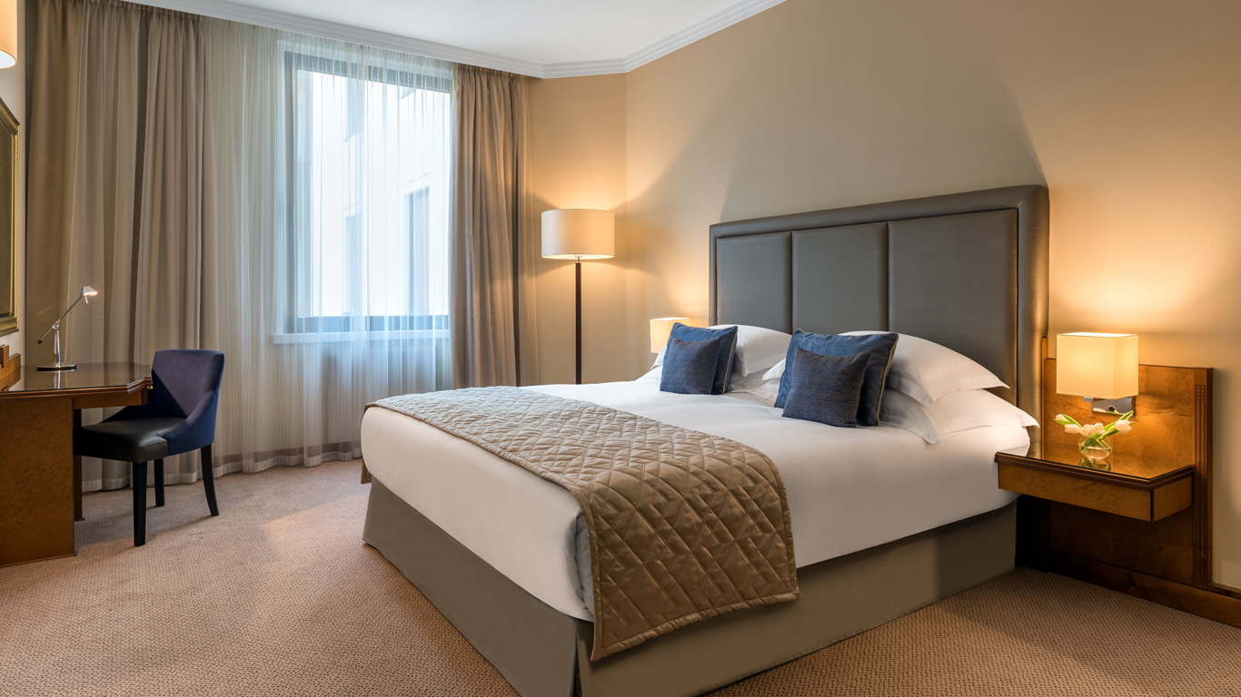 Corinthia_-_St-Petersburg_-_Accommodation_-_Rooms_-_Deluxe-Suite-Courtyard_View_-_Bedroom_-_1.jpg