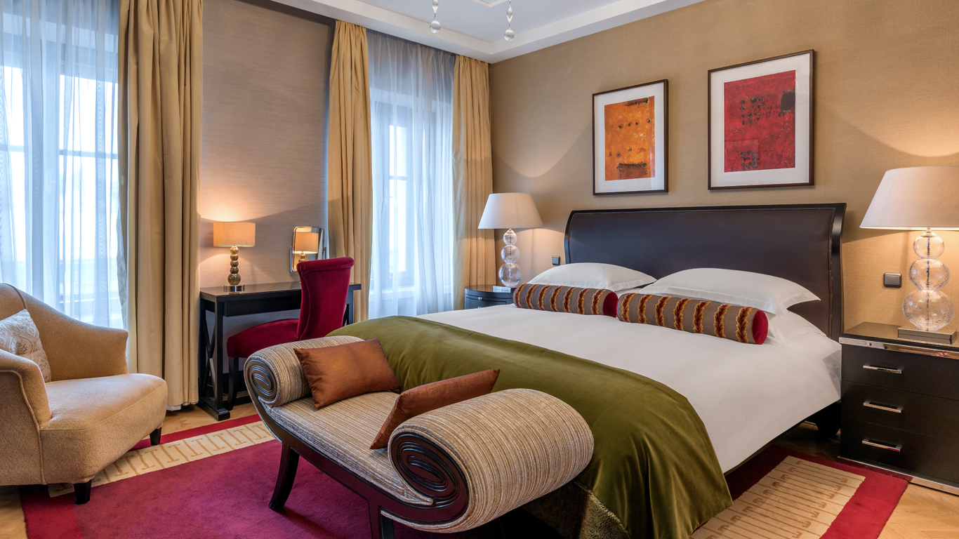 Corinthia_-_St-Petersburg_-_Accommodation_-_Rooms_-Presidential-Suite_-_Bedroom_-_1 (1).jpg