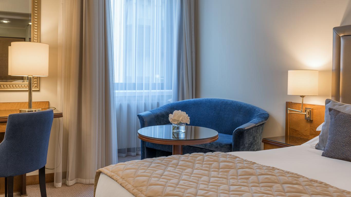 Corinthia_-_St-Petersburg_-_Accommodation_-_Rooms_-_Deluxe_-_King_-_Bedroom_-_Detail_-_1.jpg